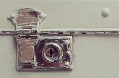 Cerradura de una maleta de cuero lamentable vieja del viaje imagen de archivo