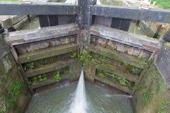 Cerradura del canal, puertas inferiores con escaparse del agua imagen de archivo libre de regalías