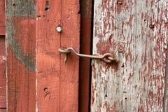 Cerradura del gancho y del ojo del arrabio en puerta de granero vieja Imágenes de archivo libres de regalías