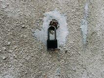 Cerradura del metal en la pared Imagen de archivo