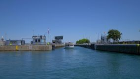 Cerradura del río Chicago en el lago Michigan - CHICAGO ESTADOS UNIDOS - 11 DE JUNIO DE 2019 almacen de video