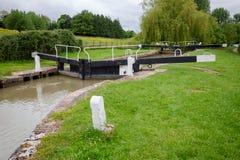 Cerradura del top de Seend en el canal Inglaterra del oeste del sur Reino Unido de Kennet y de Avon imagen de archivo