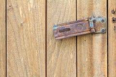 Cerradura oxidada de la bisagra en puerta de madera vieja Imagenes de archivo