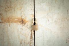 Cerradura oxidada del primer Imágenes de archivo libres de regalías