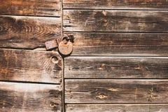 Cerradura oxidada en una puerta vieja Fotos de archivo libres de regalías