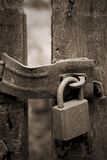 Cerradura oxidada vieja en la puerta Fotografía de archivo