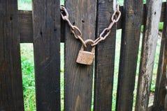 Cerradura oxidada vieja en puerta de madera Imágenes de archivo libres de regalías