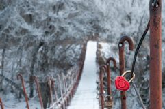 Cerradura roja bajo la forma de corazón en puente colgante a través del th Imágenes de archivo libres de regalías