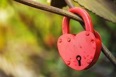 Cerradura roja en la forma del corazón como símbolo del amor Fotos de archivo libres de regalías