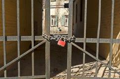 Cerradura roja en las puertas Fotos de archivo libres de regalías