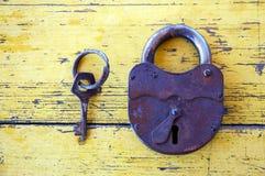 Cerradura vieja con una llave Imágenes de archivo libres de regalías
