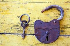 Cerradura vieja con una llave Imagen de archivo libre de regalías