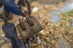 Cerradura vieja de la cadena del candado como concep de la seguridad o de la eternidad fotos de archivo libres de regalías
