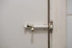 Cerradura vieja de la diapositiva en puerta sucia Fotografía de archivo