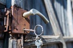 Cerradura vieja de la puerta con cierre dominante enorme encima del tiro foto de archivo libre de regalías