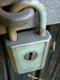 Cerradura vieja del candado del vintage en puerta de granero vieja Imagen de archivo