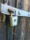 Cerradura vieja del candado del vintage en puerta de granero de madera vieja Fotografía de archivo