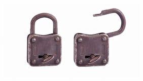 Cerradura vieja del metal con llave aislada en el fondo blanco Imagenes de archivo