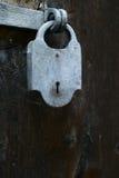 Cerradura vieja del metal para una puerta de madera Imagenes de archivo