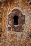 Cerradura vieja en puerta de madera vieja imagenes de archivo