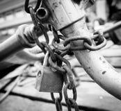 Cerradura y cadena aherrumbradas viejas Imagenes de archivo