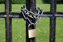 Cerradura y cadena de una puerta Foto de archivo libre de regalías
