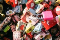 Cerraduras coloridas del amor en la Corea del Sur admitida torre de N Seul el 14 de febrero de 2016 Foto de archivo
