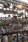 Cerraduras de amantes en una cerca de la alambrada fotos de archivo