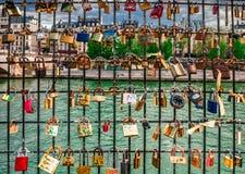 Cerraduras del amor al lado de río Sena Fotos de archivo