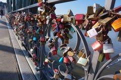 Cerraduras del amor de los puentes de Francfurt Fotos de archivo libres de regalías