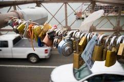 Cerraduras del amor en el puente de Brooklyn foto de archivo