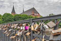 Cerraduras del amor en el puente de Medovy Kaliningrado Rusia Imagen de archivo