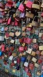 Cerraduras del amor en un puente Foto de archivo libre de regalías