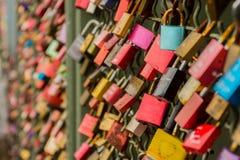 Cerraduras del amor en un puente en Colonia Fotografía de archivo