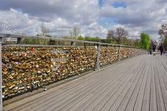 Cerraduras del amor en un puente en París Imagen de archivo libre de regalías