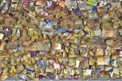 Cerraduras del amor en un puente en París Fotografía de archivo