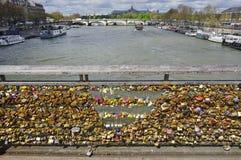 Cerraduras del amor en un puente en París Foto de archivo libre de regalías
