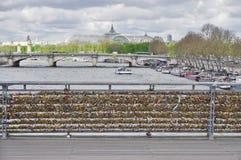 Cerraduras del amor en un puente en París Fotos de archivo libres de regalías