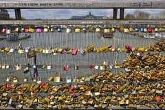 Cerraduras del amor en un puente en París Fotos de archivo
