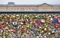 Cerraduras en un puente en París, Francia Fotos de archivo libres de regalías