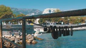 Cerraduras oxidadas en una cerca en el fondo del terraplén de Yalta almacen de video