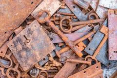 Cerraduras oxidadas y llaves oxidadas fotos de archivo