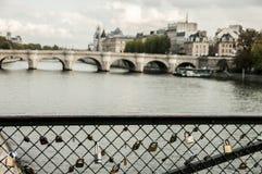 Cerraduras que cuelgan en la verja en el puente sobre el Sena imagenes de archivo