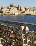 Cerraduras que hacen frente a horizonte del ` s de La Valeta Imagen de archivo libre de regalías