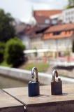 Cerraduras simbólicas del puente del carnicero quebrado del amor en Ljubljanica R Imagenes de archivo