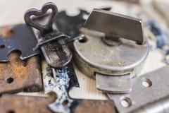 Cerraduras y bisagras de puerta viejas 4 imagen de archivo libre de regalías
