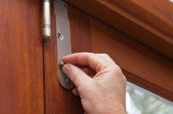 Cerrando la puerta para mantener su casa u oficina segura y asegure imagen de archivo libre de regalías