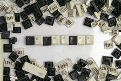 Cerrando trabajos sobre microstocks, las palabras claves de la palabra dobladas de las llaves del teclado viejo fotografía de archivo libre de regalías