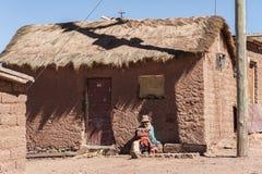 CERRILLOS -玻利维亚, 2017年8月10日:未认出的妇女在玻利维亚人的Altiplano Cerrillos村庄在爱德华多Avaroa安地斯山的Fa附近 免版税库存图片