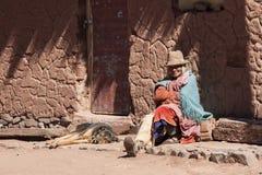 CERRILLOS -玻利维亚, 2017年8月10日:未认出的妇女在玻利维亚人的Altiplano Cerrillos村庄在爱德华多Avaroa安地斯山的Fa附近 库存照片